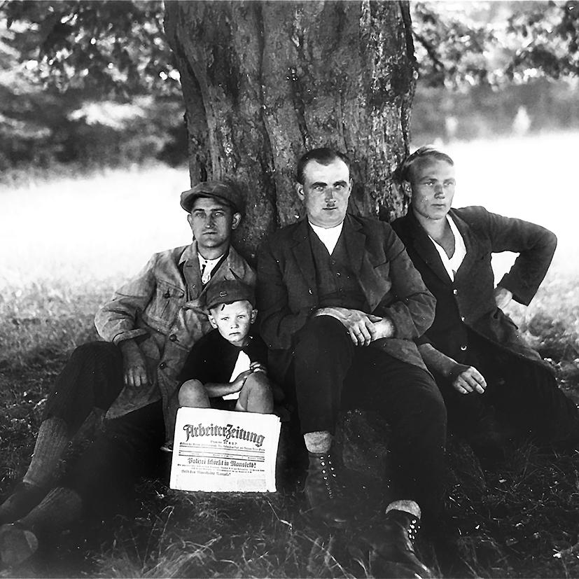 Adolf Schäfer rechts, sein Bruder Heinrich in der Mitte und links Johannes Kurz mit seinem Sohn Reinhold aus Hellstein. Alle drei Männer waren engagierte Mitglieder in der KPD. Der Anlass für das Foto ist unbekannt, Adolf Schäfer war Hobbyfotograf.