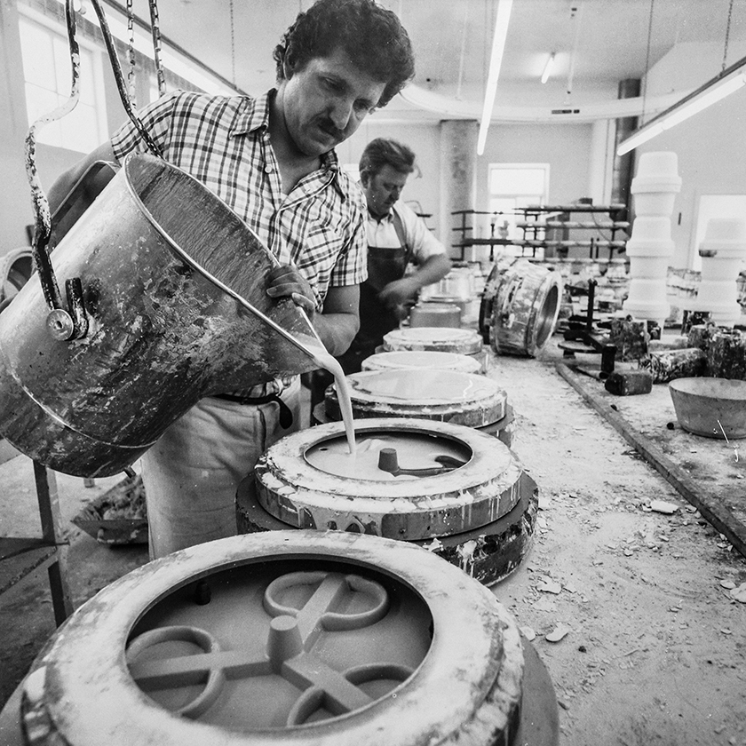 Die Henkel der Becher wurden gegossen und dann angarniert. Die körperlich schwere Arbeit wurde von Männern ausgeführt.