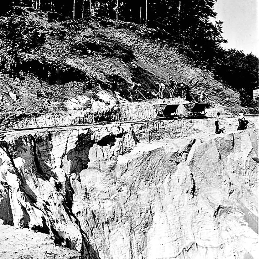 Arbeiter transportieren mit Loren den Sand aus der Grube zum Sandwerk. Mit der Eisenbahn wurde er anschließend verschickt.