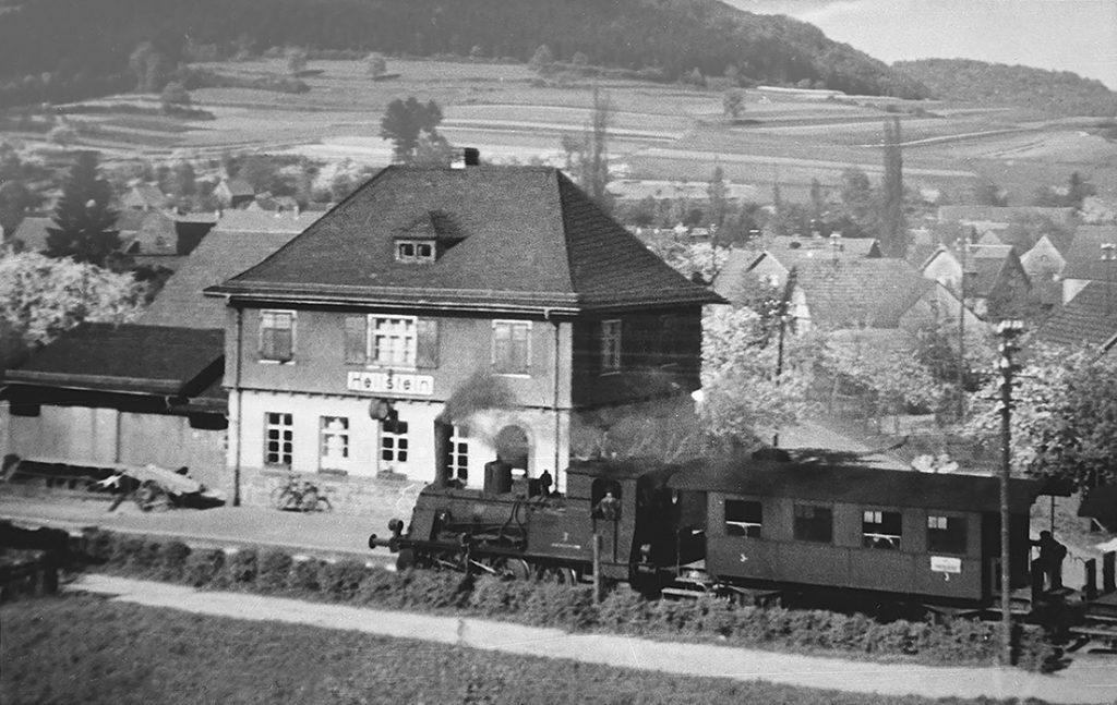 Der Bahnhof Hellstein mit der Dampflok der Vogelsberger Südbahn. Die Bahnstrecke führte zeitweilig bis nach Hartmannshain und war bis 1967 in Betrieb.