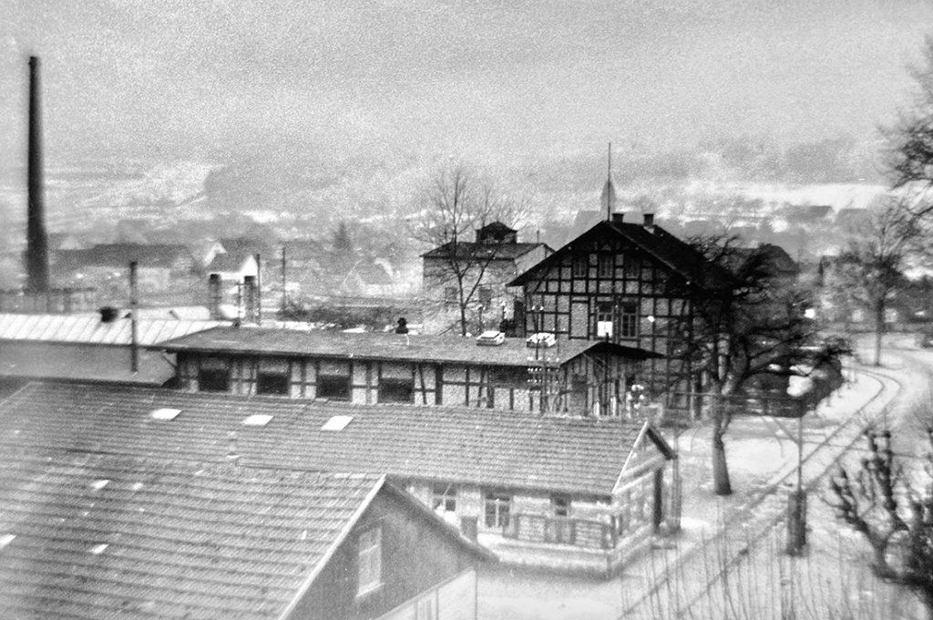 Die Fabrik im Tal hätte es ohne die Ressourcen des Naturraumes nie gegeben. Früher sah man hier die Schornsteine rauchen.