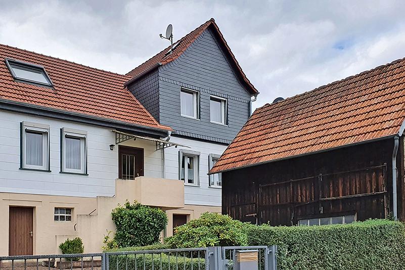 So sehen typische Arbeiterhäuser in Schlierbach aus: eingeschossig mit kleinen Nebengebäuden.