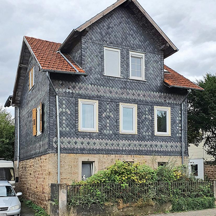 Auch diese beiden Häuser sind mit der Waechtersbacher Keramik verbunden und stehen an der Hauptstraße Richtung Neuenschmidten.