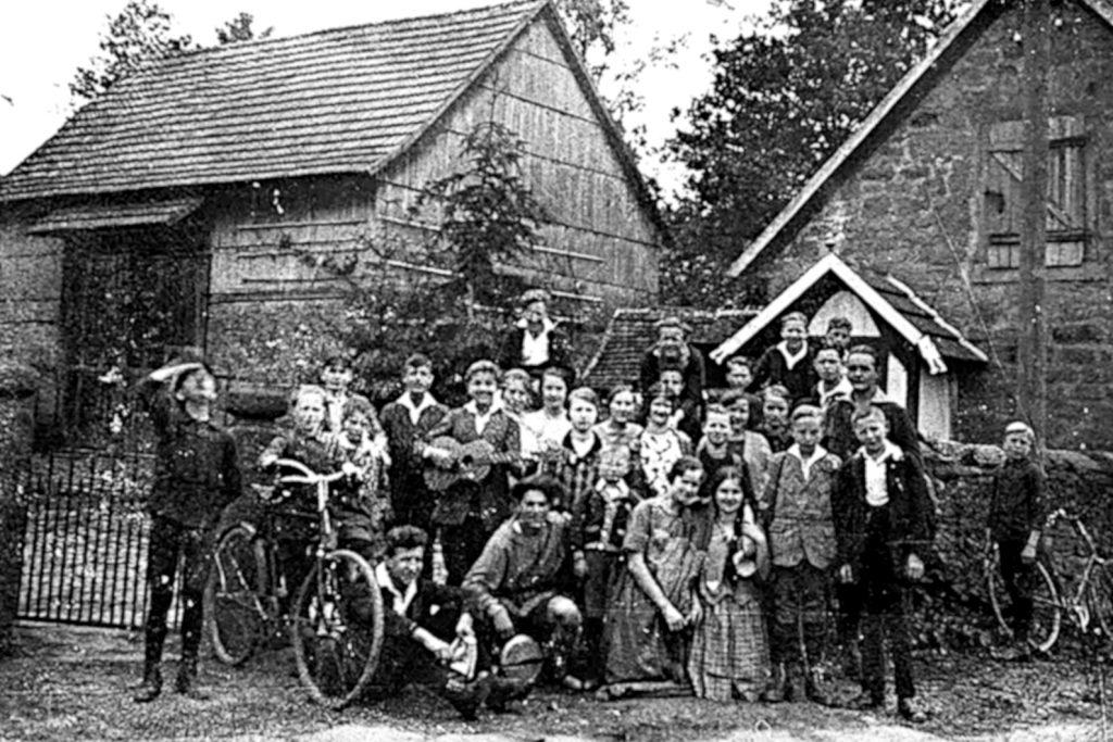 Die SDAJ (Sozialistische deutsche Arbeiterjugend) vor dem Pfarrhaus in Hellstein. Um 1920.
